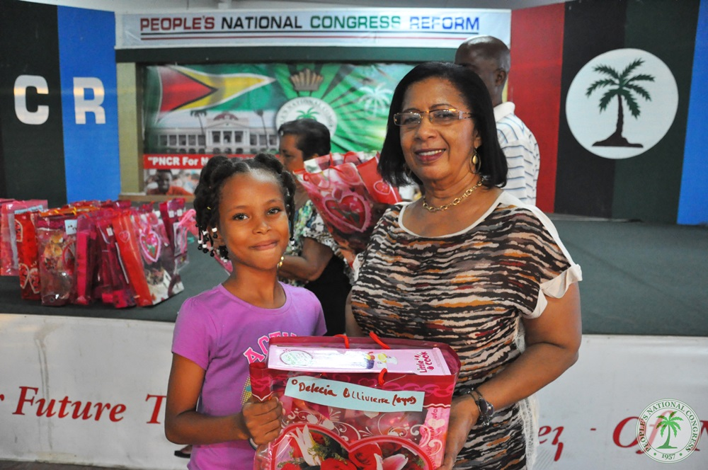 Coordinator-of-the-Project-Mrs.-carol-Corbin-assisted-in-distributing-gifts-to-the-children-2